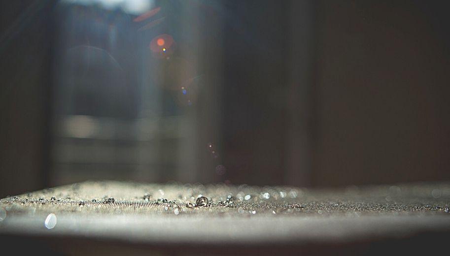 Hohe Luftfeuchtigkeit benetzt Oberflächen und hält Staub und Aerosole fest
