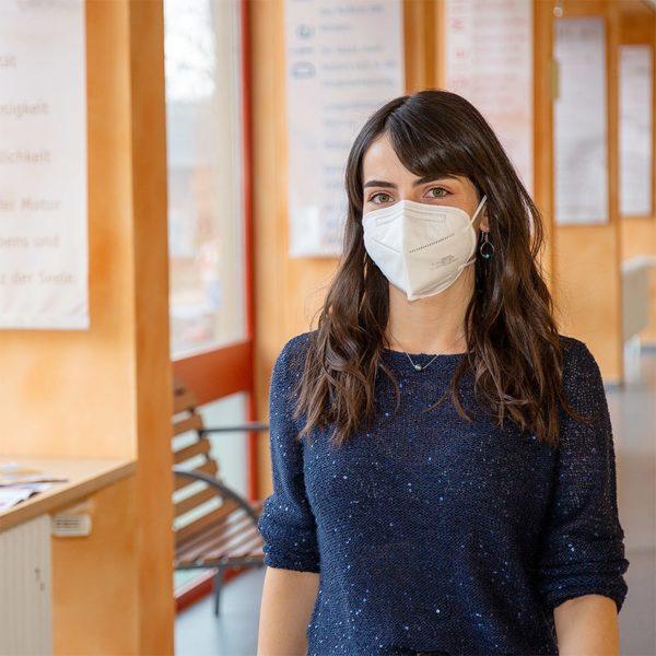 Produktbild. Frau trägt FFP-2-Maske